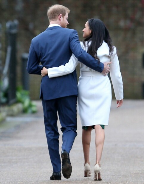 FORELSKET: Meghan og Harry ser stadig svært forelsket ut. Her ble de fotografert etter at de hadde møtt pressen for første gang etter at forlovelsen ble annonsert. Foto: NTB Scanpix