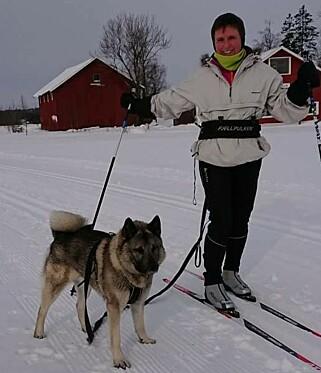 UT PÅ TUR: Hundeeier Bente Forsberg sammen med den nye nettstjerna Warro. Bilde: Privat