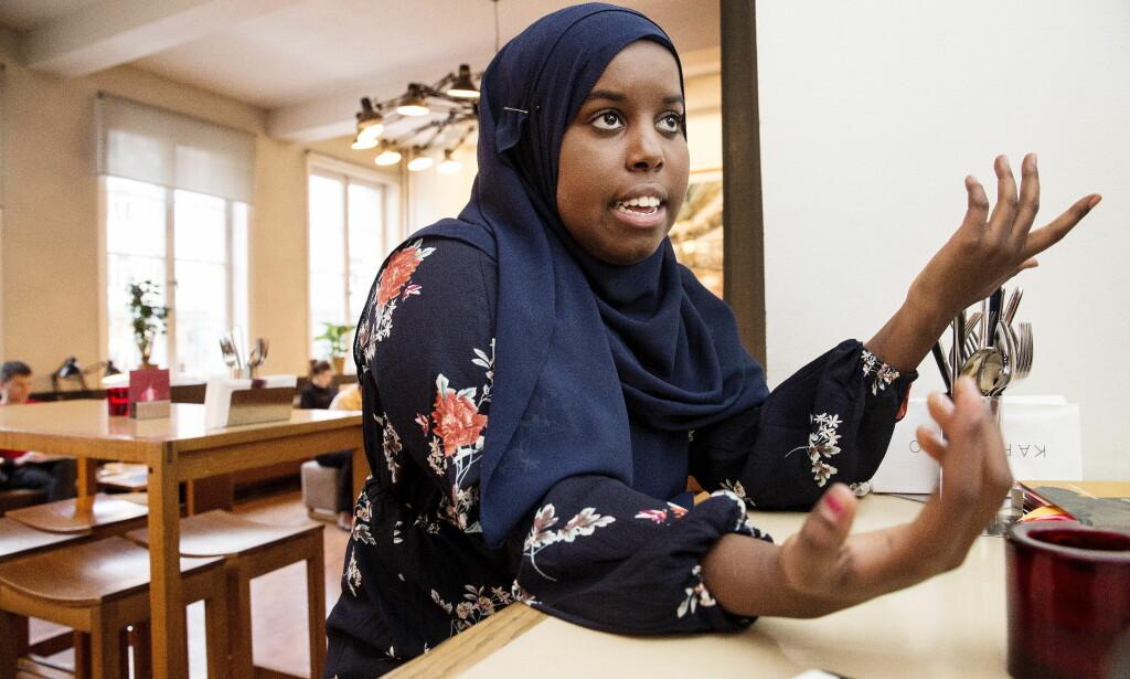 TAS I FORSVAR: Statsminister Erna Solberg (H) tar samfunnsdebattant Sumaya Jirde Ali i forsvar og sier «det er helt uakseptabelt at hun utsettes for negativ sosial kontroll fra nett-troll på ytterste høyre.» Foto: Henning Lillegård / Dagbladet .