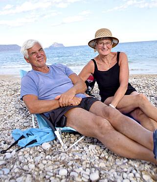 TREKKFUGLER: Iren og Tor Stenberg har kjøpt seg leilighet i Albir og er strålende fornøyd med å kunne sitte på stranden mens det er vinter i Norge. Foto: Mari Bareksten / Magasinet Reiselyst