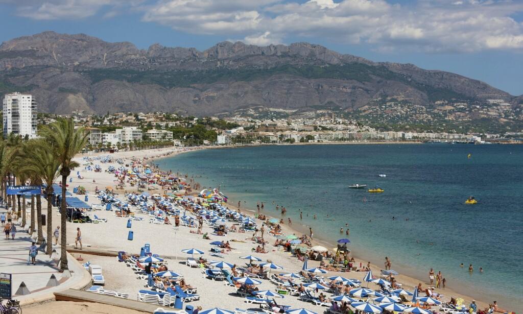 STRANDLIV: Costa Blancas strender kommer i alle størrelser og fasonger. Stranden i Albir er en favoritt og populær i sommermånedene. Foto: Shutterstock / NTB Scanpix