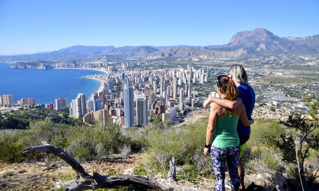 FLOTT TUR: Turen langs naturreservatet Serra Gelada byr på vakker kontrast mellom hav, klipper og storby. Foto: Mari Bareksten / Magasinet Reiselyst