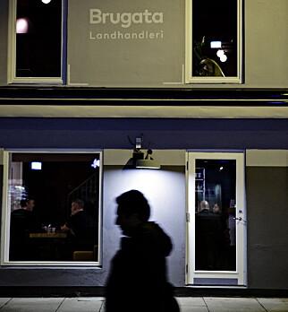 BRUGATA: Den lille stubben gågate er ikke kjent for gourmet-opplevelser. Men, Brugata Landhandleri leverer varene - uten å imponere.