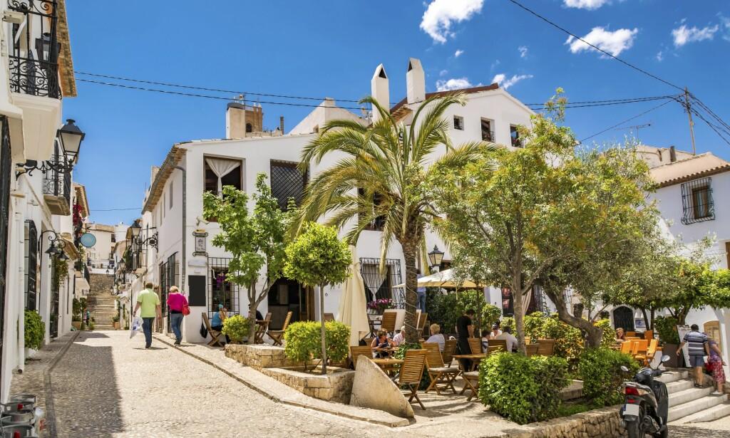 SJARMERENDE: Altea har Costa Blancas hyggeligste gamleby med hvite mursteinsbygninger og hyggelige uteserveringer. Foto: Shutterstock / NTB Scanpix