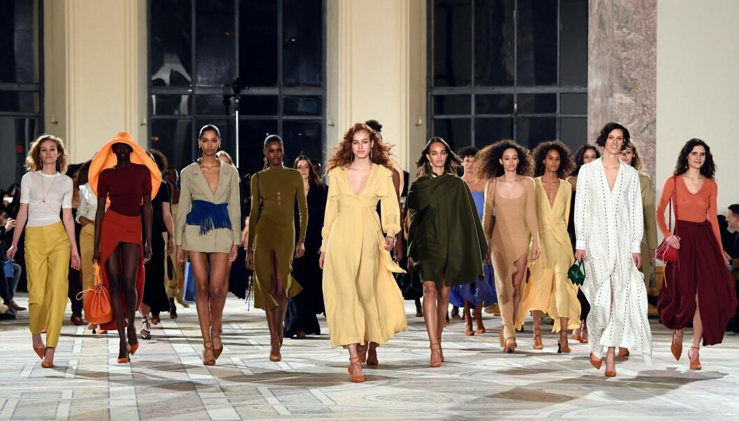MOTEUKEN I PARIS: Den fantastiske kolleksjonen til Jacquemus er blant høyepunktene fra Paris Fashion Week. Foto: Scanpix