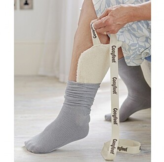 DRA PÅ STRØMPEN: Cosyfeet Strømpepådrager hjelper deg med å ta på sokkene. Foto: Vitent.
