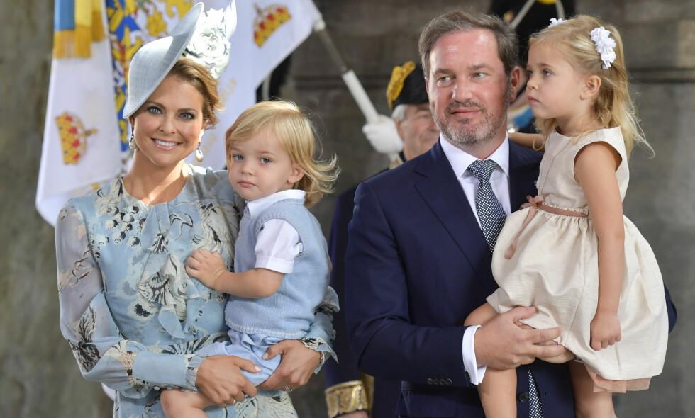FAMILIEFORØKELSE: Prinsesse Madeleine og Chris O'Neill er blitt foreldre til sitt tredje barn - ei lita jente. Her sammen med barna Nicolas og Leonore i forbindelse med kronprinsesse Victorias 40-årsfeiring i Stockholm i fjor. Foto: Sören Andersson / NTB scanpix