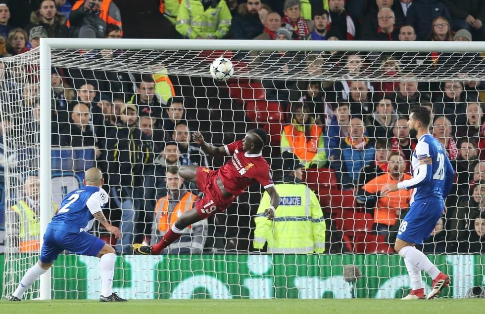 AKROBATISK: Liverpools Sadio Mané med et frekt forsøk som gikk like over mål. Foto: Graham Holt/ProSports/REX/Shutterstock/NTB Scanpix