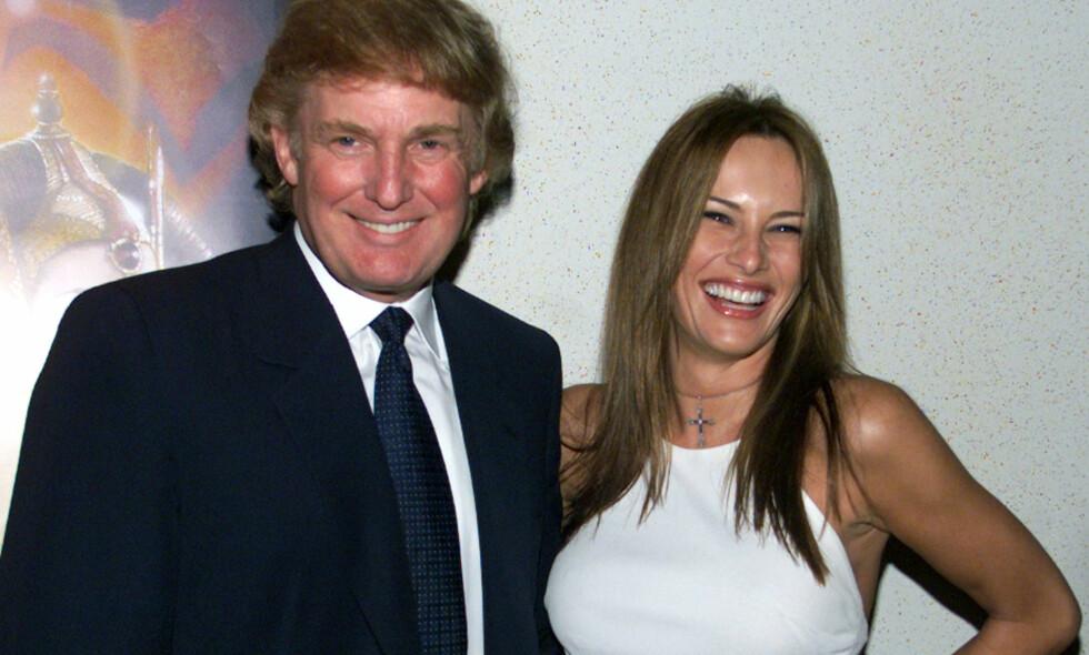 SPESIELT VISUM: Melania Trump fikk i 2001 innvilget et såkalt «Einstein»-visum til USA, som seinere sørget for at hun ble statsborger i landet. Her er hun fotografert med Donald Trump på filmpremiere i 1999. Foto: NTB scanpix