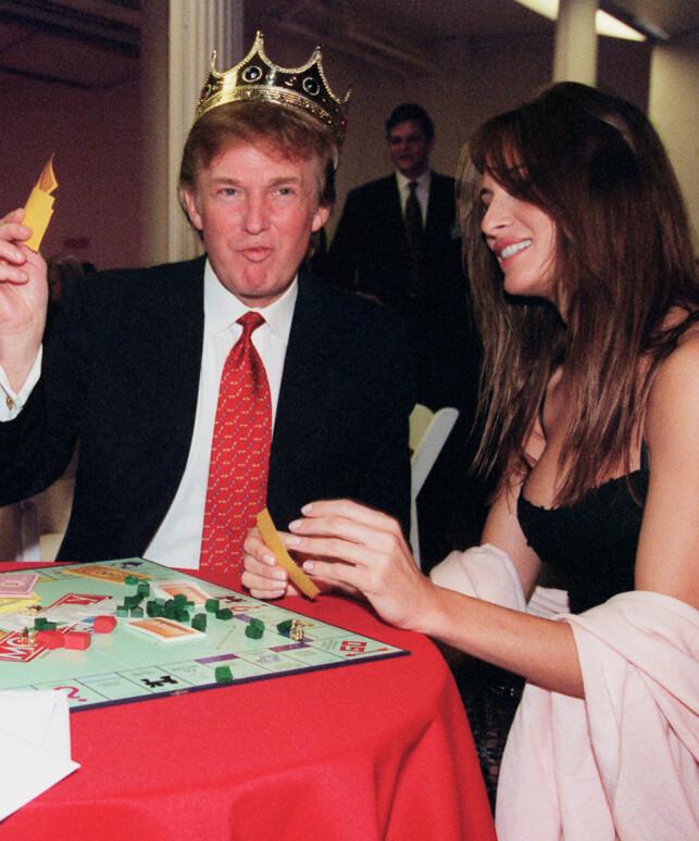 FANT HVERANDRE: Donald og Melania Trump møtte hverandre på en fest i 1998, og ble raskt kjærester. Her spiller de Monopol i 1999 sammen. Foto: NTB scanpix