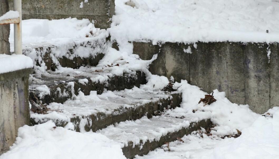 <strong>SPEILGLATT:</strong> I tillegg til å fjerne is i trappen kan du også forebygge frost med ulike produkter. Eksperttipsene får du i denne artikkelen. Foto: Scanpix
