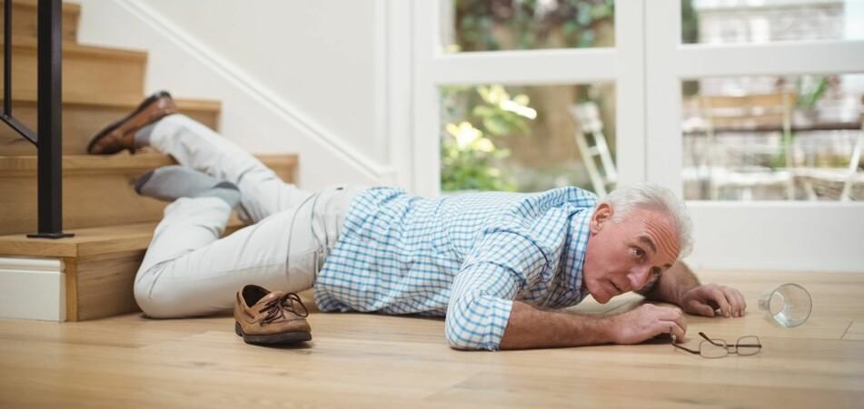 FALL: Flere fallfeller finnes i hjemmet, for eksempel løse tepper, ledninger, glatte gulv og trapper. Foto: Scanpix.