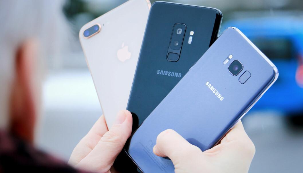 <strong>«ALLE» HAR GLASS:</strong> Metall på baksiden av mobiler er ut. Nå er det glass som gjelder. Det er ikke bare for utseendets skyld. Det gjør at man kan få trådløs lading, og trådløse signaler når lettere gjennom. Foto: Ole Petter Baugerød Stokke