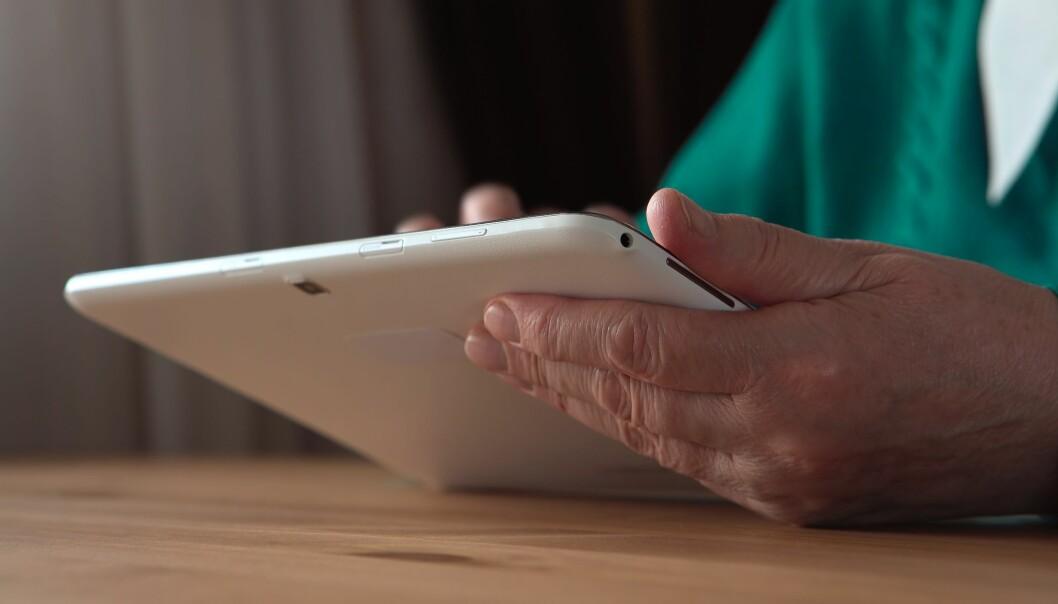 PÅ NETT: 90 prosent av nordmenn mellom 16 og 79 år bruker internett daglig. Men hver femte nordmann mellom 67 og 79 år ikke har internett. Foto: Scanpix.