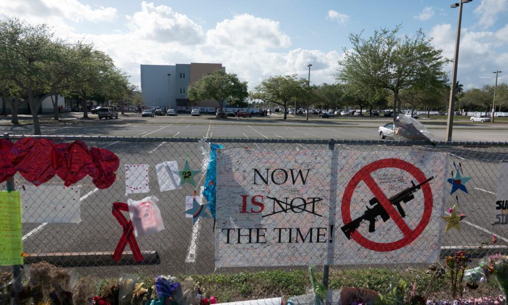 NY VÅPENLOV: Nylig fikk Floridas senatorer se bilder av alle som ble drept ved den siste skoleskytingen. Mandag stemte de over et lovforslag som skal hindre flere slike masseskytinger i fremtiden. Arkivfoto: Mark Wallheiser / AP / NTB scanpix