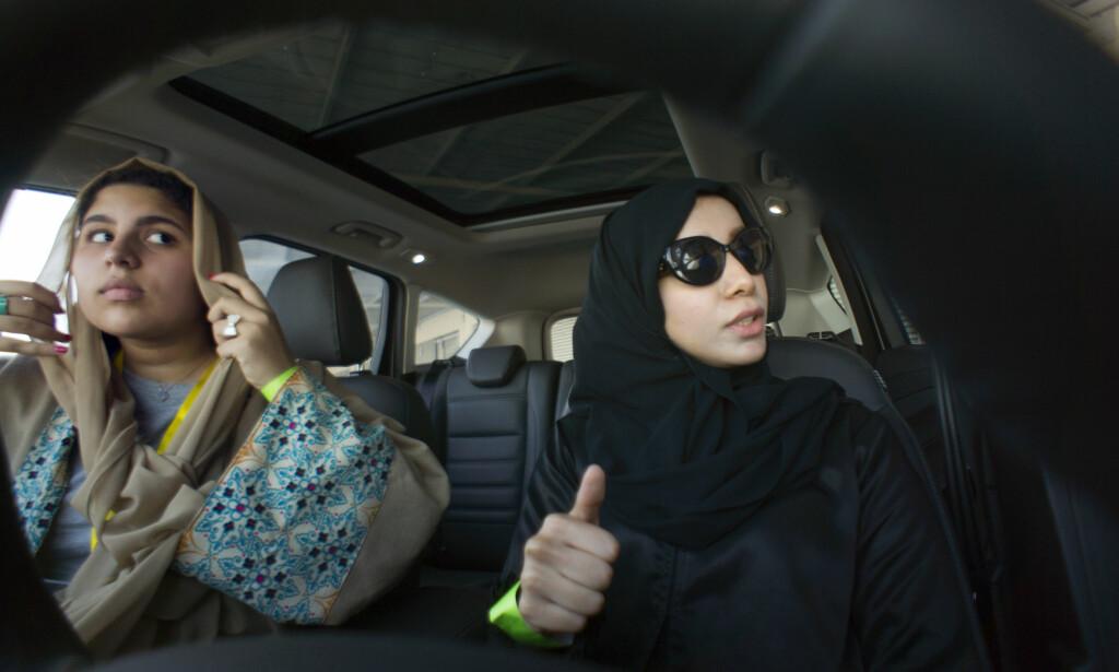 FØRSTE GANG: Det er første gang Sara Ghouth og hennes medstudent Fatima Salem sitter i førersetet på en bil. Foto: Amr Nabil / AP / NTB scanpix