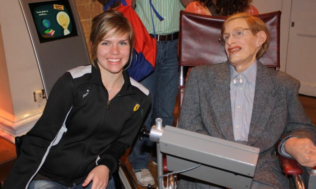 GLAD I VITENSKAP: Lena Schrøder på Madame Tussauds i London i 2009 med en voksdukke av Stephen Hawking ved siden av seg. Foto: Privat