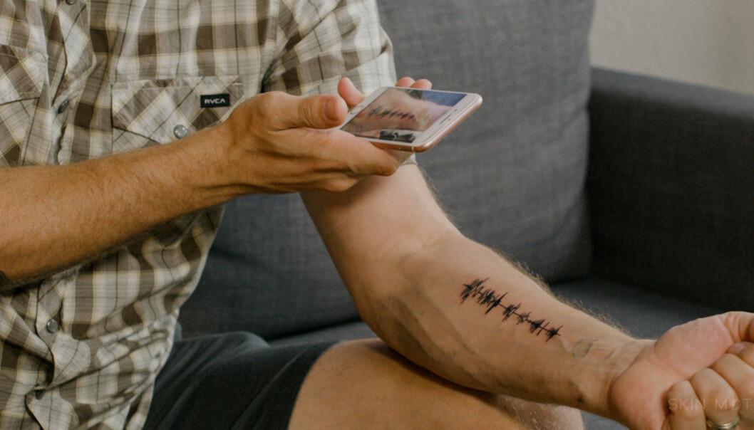 LYDBØLGE-TATOVERING: Selve tatoveringen i seg selv er kanskje ikke den peneste. Foto: Skin Motion