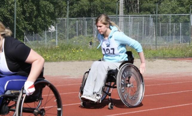 AKTIV: Lena Schrøder under Juniorlekene i 2009 - et idrettsstevne for funksjonshemmede barn- og ungdom. Foto: Privat