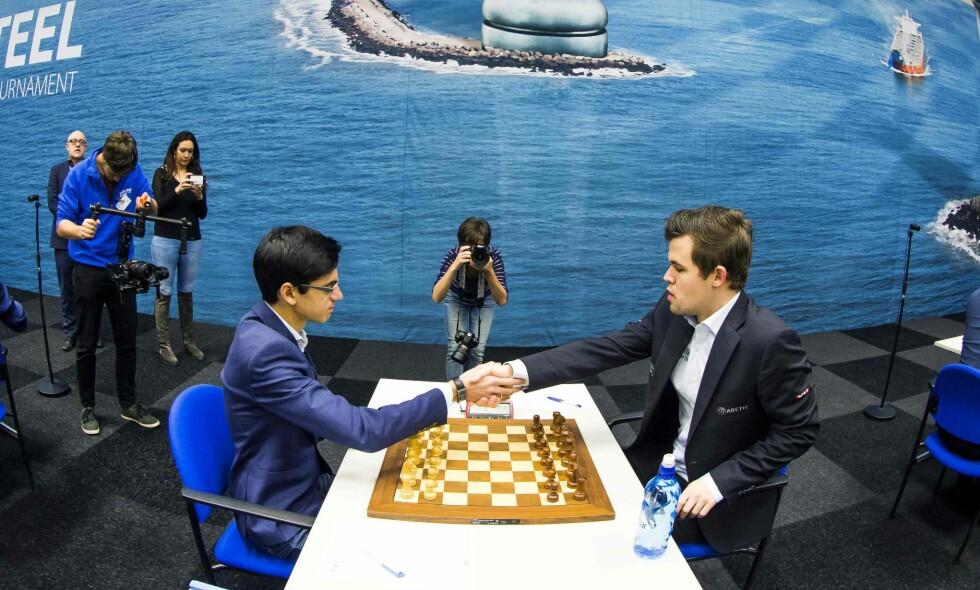 ERTER HVERANDRE: Magnus Carlsen og Anish Giri er blant verdens beste sjakkspillere - men trolig ikke blant verdens beste venner. AFP PHOTO