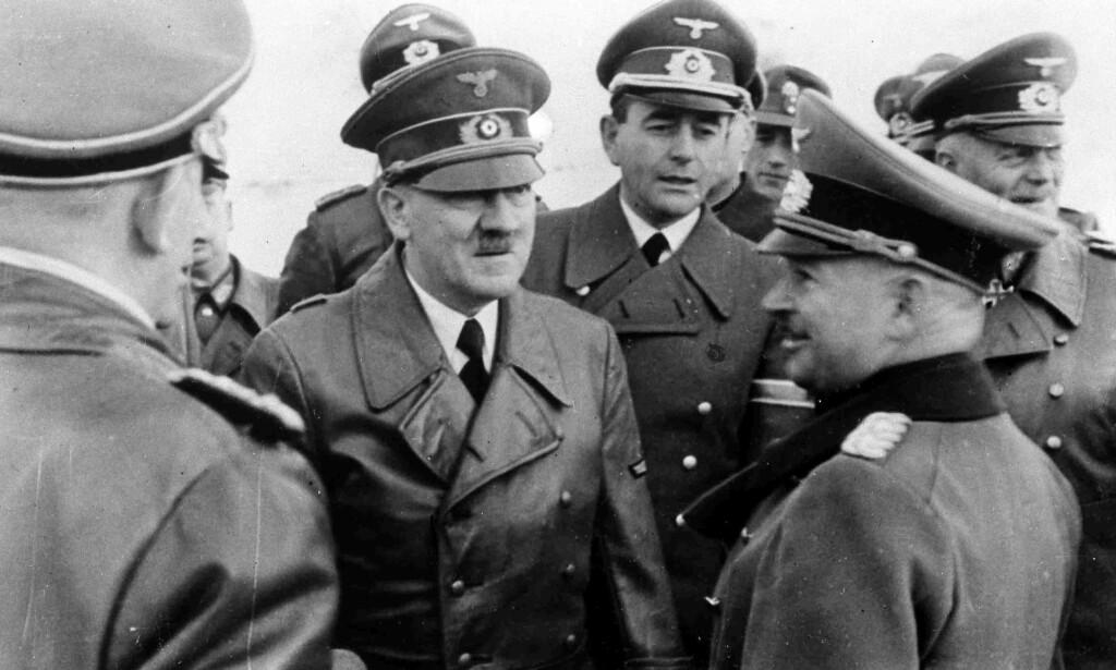 HITLERS ARKITEKT OG RUSTNINGSMINISTER: Adolf Hitler i samtale med general Kurt Zeitler. I midten av samtalen står Hitlers arkitekt Albert Speer. Bildet er fra 1942. Foto: AP / NTB scanpix