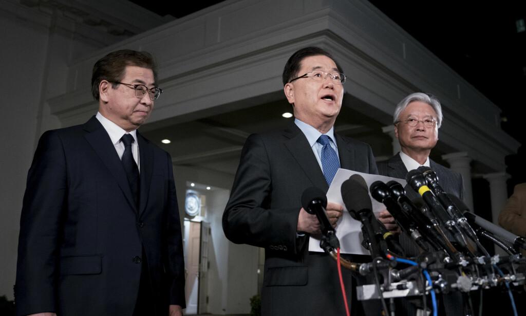 BEKREFTET MØTE: En sørkoreansk delegasjon kunngjorde natt til fredag at Donald Trump og Kim Jong-un skal møtes innen mai. Her snakker Sør-Koreas sikkerhetsrådgiver Chung Eui-yong foran pressen. Foto: NTB scanpix