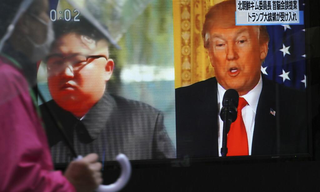 STÅR VEDEN TIL PÅSKE? Donald Trump skal møte Kim Jong-un. Her presenteres nyheter på gata i Tokyo. Foto: AP / NTB Scanpix