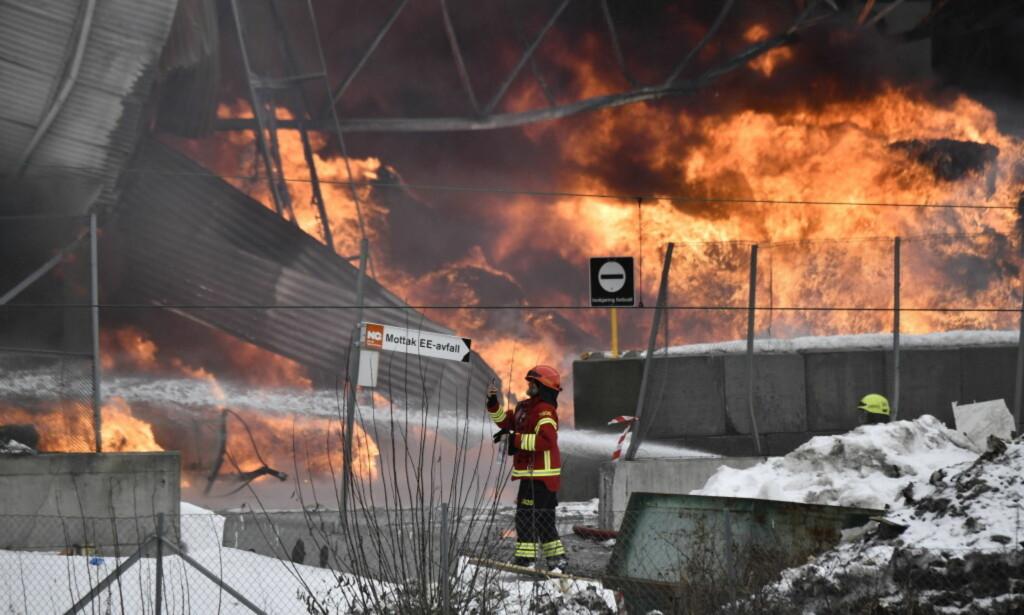 SORT RØYK: Torsdag begynte det å brenne i Norsk Gjenvinnings anlegg i Haraldrudveien i Oslo. Sort røyk fra brannen i anlegget var synlig over store deler av Oslo. Foto: Lars Eivind Bones / Dagbladet
