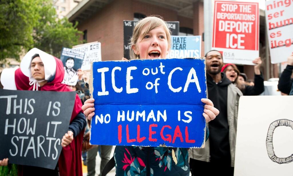 MOT ICE: Demonstranter i California som motsetter seg ICE-agentenes heksejakt på illegale immigranter. Foto: AFP / NTB Scanpix