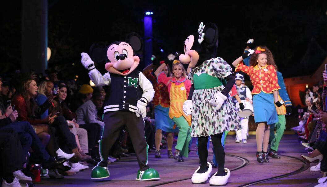 MOTEFEST: Mikke Mus og Minnie Mus danser seg ned catwalken. Foto: Scanpix