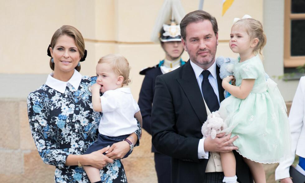 TREBARNSFORELDRE: Prinsesse Madeleine og Chris O'Neill ble foreldre for tredje gang natt til fredag. Her sammen med datteren Leonore og sønnen Nicolas. Foto: NTB scanpix