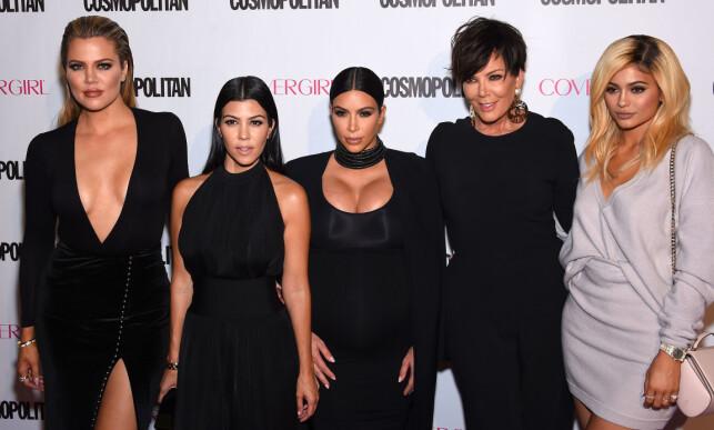 BERØMT FAMILIE: Khloé Kardashian sammen med tre av sine søstre Kourtney, Kim og Kylie og mora Kris. Foto: NTB scanpix