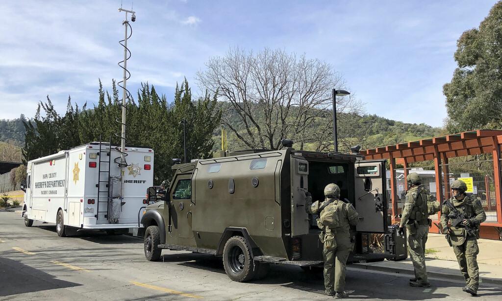 GISSEL: Store væpnede styrker har rykket ut etter rapporter om en gisselsituasjon på Veterans Home of California. Foto: JL Sousa/Napa Valley Register via AP
