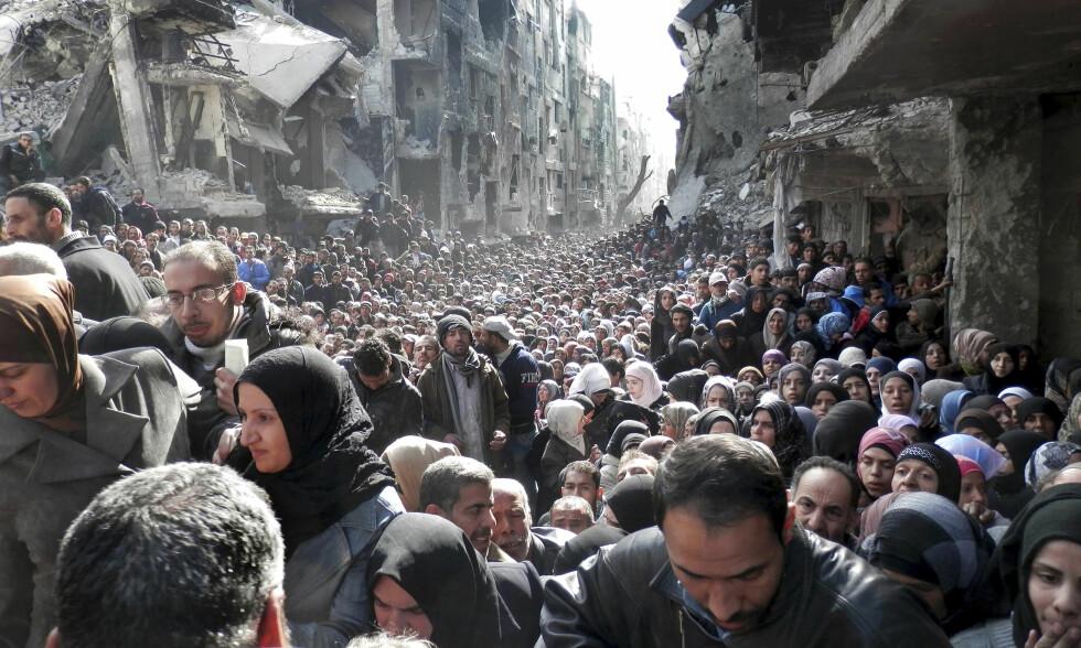 SJOKKERTE VERDEN: I januar 2014 ble en hel verden sjokkert over å se hvor ille situasjonen for palestinerne i flyktningleiren Yarmouk, i Syria. Siden den gangen har enda flere palestinere blitt tvunget på flukt. Igjen. Men UNWRA, FN-organisasjonen som skal hjelpe dem, går tomme for penger i slutten av mai måned. Nå reisen UNWRA-sjefen verden rundt, i håp om å få økonomisk bistand. Foto: UNWRA / Scanpix
