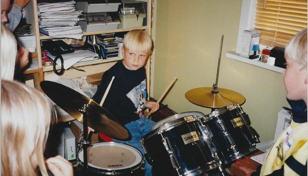 TROMMER I VEI: Eirik Søfteland skal opptre med låten «Enter Sandman» av Metallica under kveldens 90-tallsfest. Foto: Privat