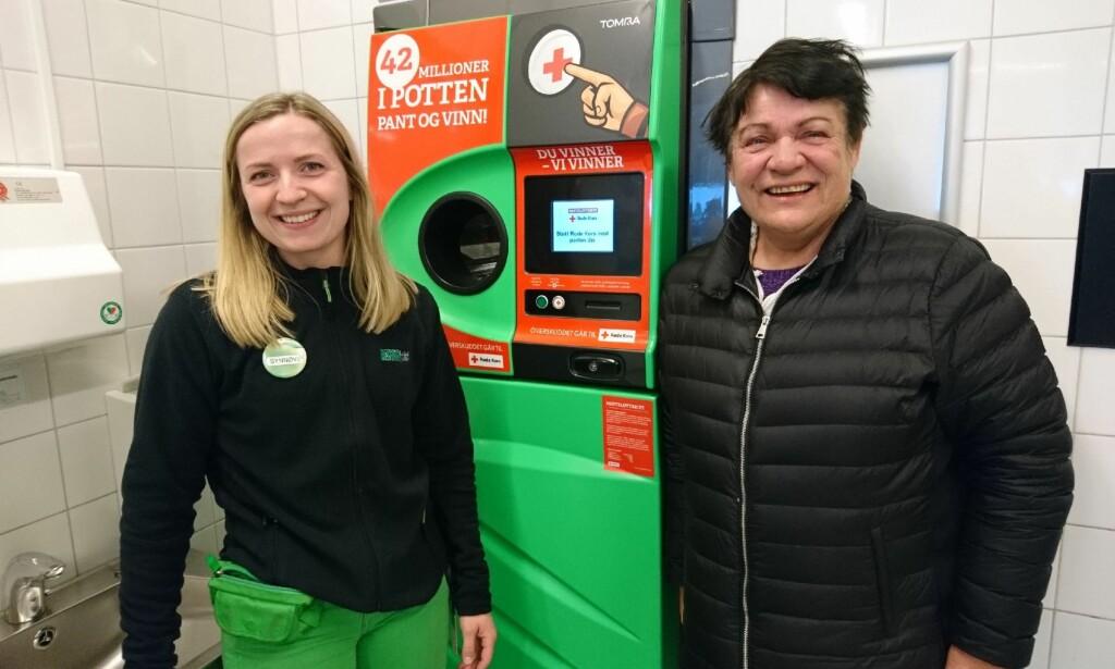 PANTELOTTERIET: Kiwi-ansatt Synnøve Pedersen sammen med den ferske pantemillionæren Birgit Samstad Flaten. Foto: Kiwi Sannan