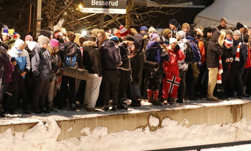 image: Beskrivelser fra Holmenkollen: - Et voldsomt menneskehav. Folk fikk panikk og besvimte