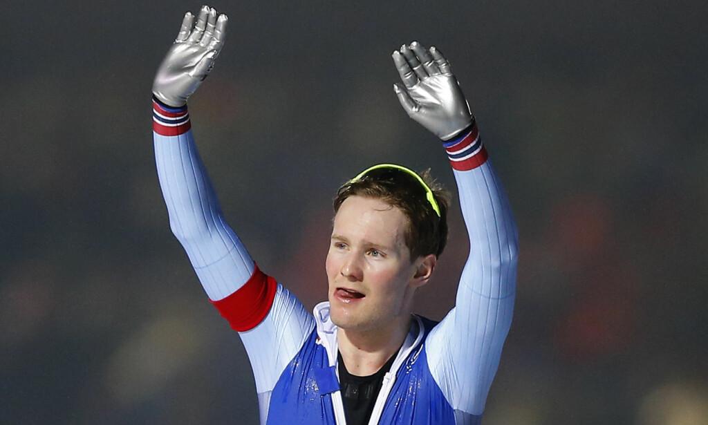SEIER: Sverre Lunde Pedersen feirer etter seieren på 5000 meter lørdag. Foto: AP Photo/Peter Dejong