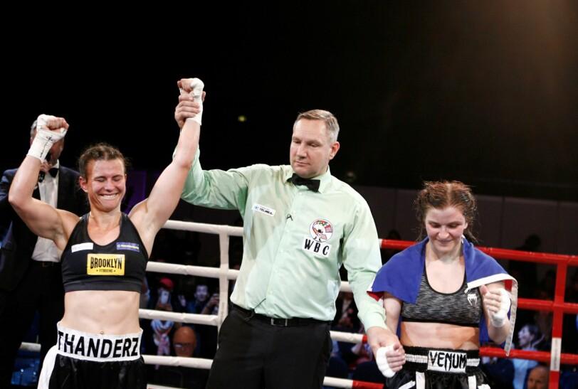 JUBLER: Katharina Thanderz jubler for sin andre tittel, mens modige Valgerdur Gudsteinsdottir applauderer. Foto: Alier Ajak Wvuoi