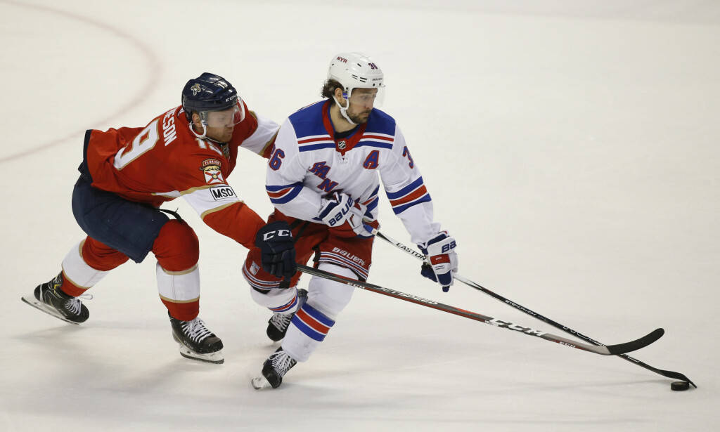 SCORET: New York Rangers' Mats Zuccarello i duell med Florida Panthers' Mike Matheson. Foto: Wilfredo Lee / AP / NTB scanpix