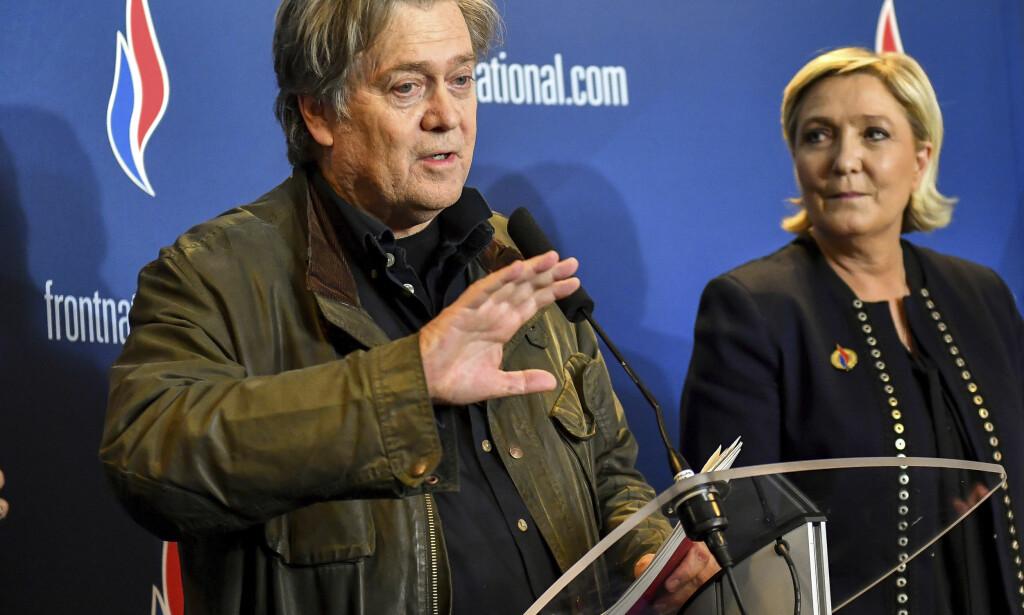 HOLDT TALE: President Donald Trumps tidligere sjefstrateg Steve Bannon holdt en flammende tale under landsmøtet i det høyrepopulistiske partiet Nasjonal front i Frankrike lørdag. Her er han sammen med partiets leder Marine Le Pen. Foto: AP / NTB scanpix
