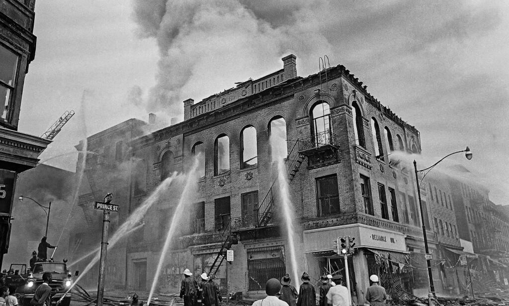 SATT I BRANN: Newark sentrum ble påført skader for millioner av dollar sommeren 1967. Foto: NTB Scanpix