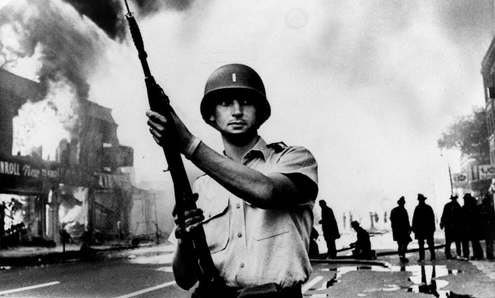 DRAMATISK: Nasjonalgarden ble innkalt for å håndtere rasende demonstranter i Newark i 1967. Tidsepoken skal ramme inn den kommende «Sopranos»-filmen. Foto: NTB Scanpix