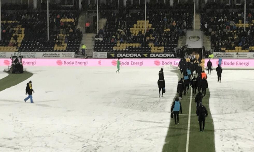 MYE SNØ: Slik så banen ut på Aspmyra da dommeren avbrøt kampen. Foto: Gunnar Hagen