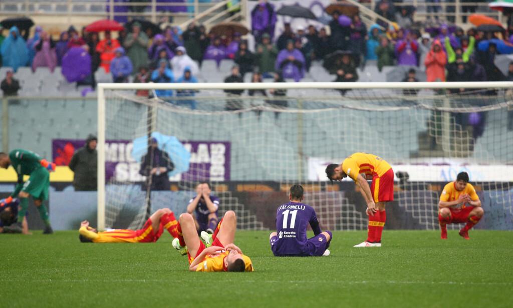 SAMMEN I SORGEN: Spillere fra Fiorentina og Benevento sørger i sekundene etter at kampen søndag var over. Foto: REUTERS/Alessandro Bianchi
