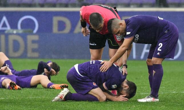 I SORG: Milan Badelj og Fiorentina-spillerne rett etter kampslutt. Foto: AFP PHOTO / Claudio Giovannini