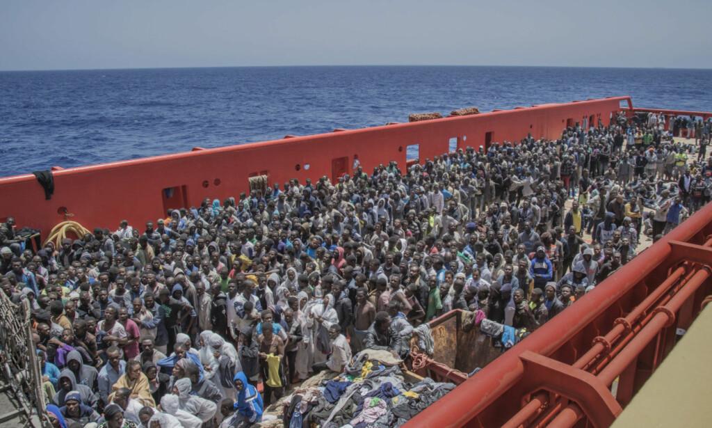 REDDET: Det norske skipet Siem Pilot har reddet tusenvis av flyktninger. Her blir en gruppe overført fra et italiensk supplyskip, utenfor kysten av Libya. Foto: Hans Arne Vedlog