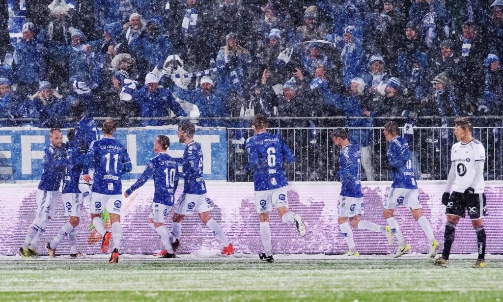 FEIRET I SNØEN: Sarpsborg-spillerne kunne juble foran egne fans da Kristoffer Zachariassen ga hjemmelaget ledelsen. Foto: Fredrik Varfjell/Bildbyrån