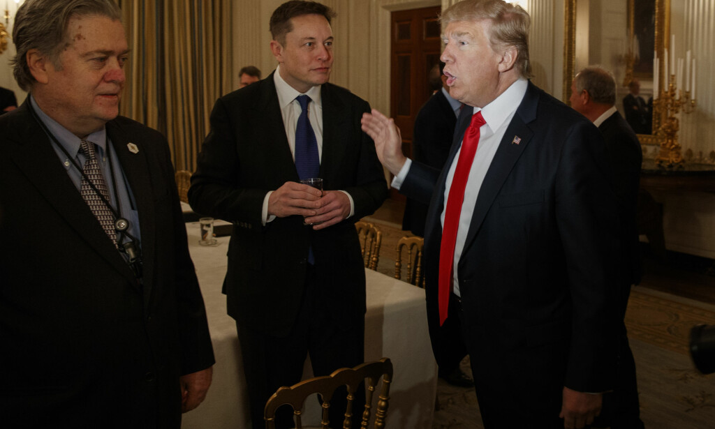 TOLL ELLER IKKE: President Donald Trump (t.h.) og Elon Musk (midten) er uenige. Trump hever nå tollgrensa for import av stål og aluminium i USA, mens Musk vil ha lavere toll over hele verden. Foto: AP/NTB Scanpix