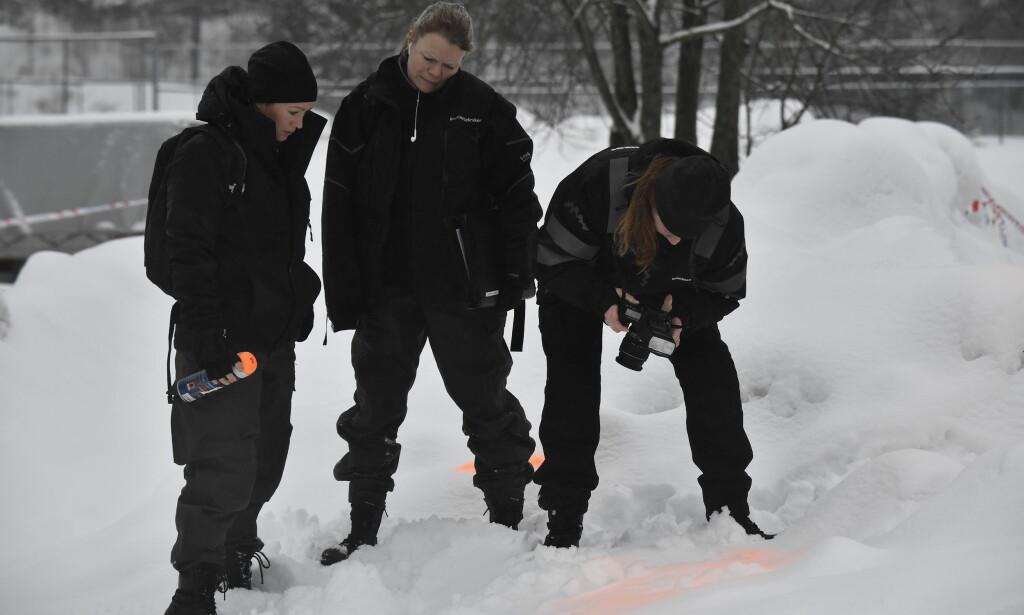 DOKUMENTERES: Krimteknikere sprayer rundt fotsporene for å markere hvor de er, før de tar bilder av de. Foto: Lars Eivind Bones / Dagbladet